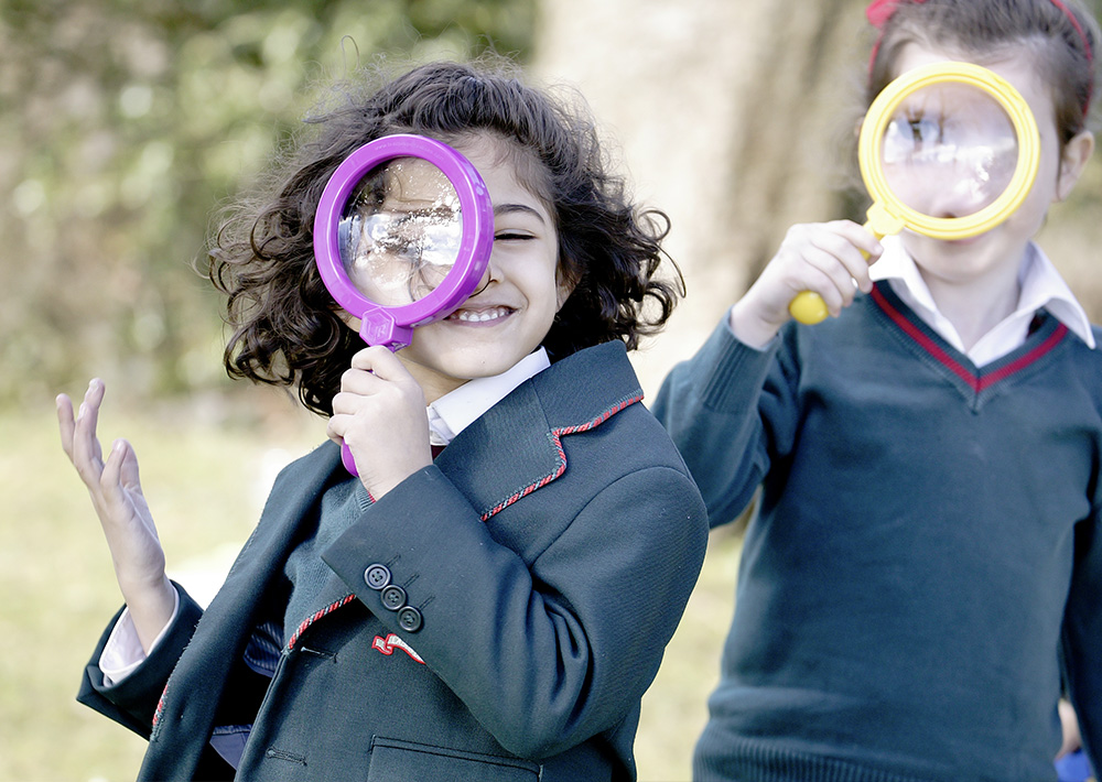 children with magnifying glass