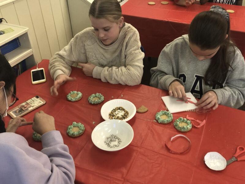 children decorating food